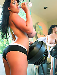 Large boobs of curvy brunette babe bounces while working out